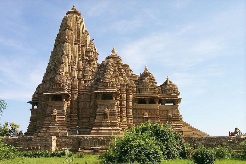 On the left, the heterogenous Shikhara of the Kandariya Mahadeva Temple in Khajuraho